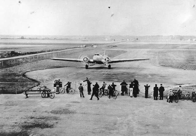 1934 Arrival in Vancouver of United Airlines' inaugural flight from Seattle. Archives # CVA 1376-82